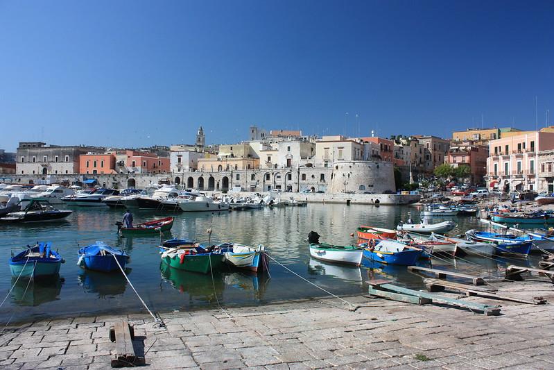 tengerpart Bari mellett Bisceglie halászkikötője